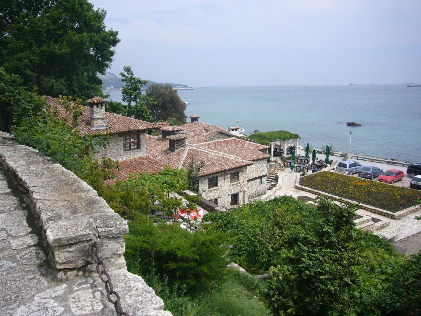 flores jardim do mar:pequena cidade de Baltschik fica na costa do Mar Negro
