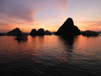 Pôr do sol na Baía de Halong - Vietnã